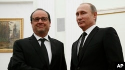 26일 러시아 모스크바를 방문한 프랑수아 올랑드 대통령(왼쪽)이 블라디미르 푸틴 러시아 대통령과 만나 악수하고 있다.