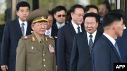 北韓國防委員會副委員長、軍隊總政治局長黃炳誓次帥(穿軍裝者)與北韓勞動黨中央書記崔龍海等官員離開仁川的酒店。