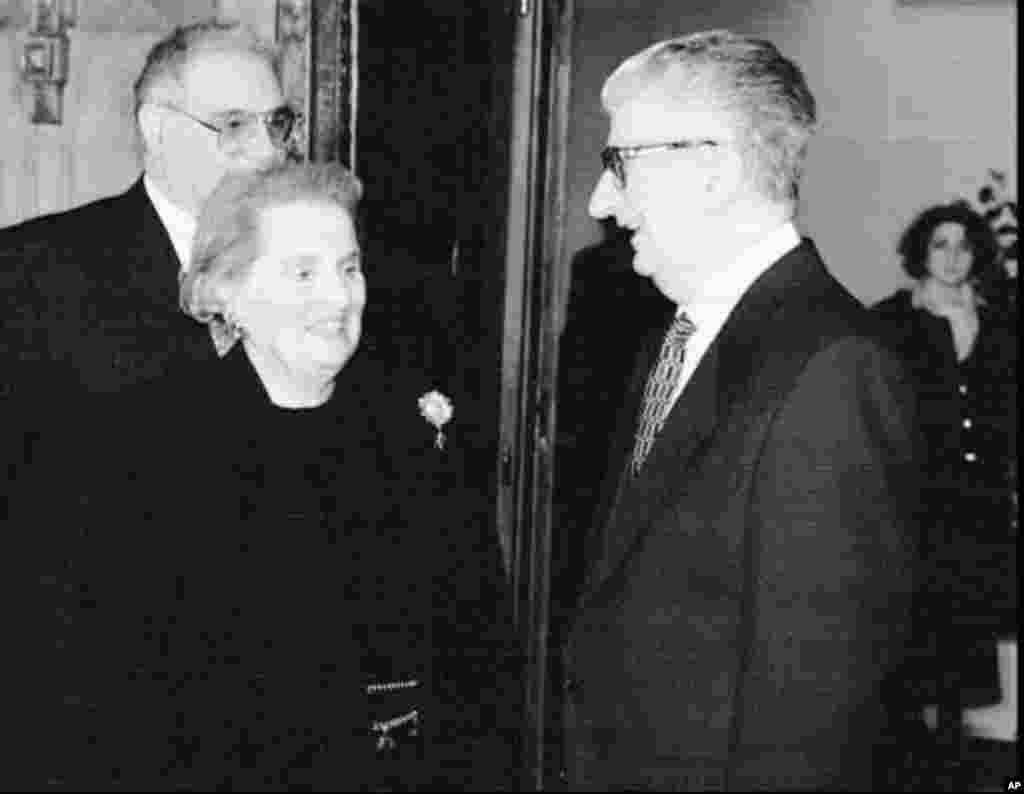 Македонскиот претседател Киро Глигоров разговара со американската амбасадорка во ОН, Медлин Олбрајт во Скопје во март 1996. Олбрајт е во Скопје за отворањето на Американската амбасада.