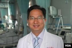 上海市第五人民医院呼吸科副主任揭志军教授在接受美国之音记者采访,谈到他首先发现了H7N9新型禽流感的经过。(美国之音东方拍摄)