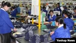 """북한은 8일 김양건 노동당 대남 담당 비서의 담화를 통해 """"개성공업지구에서 일하던 우리 종업원들을 전부 철수한다""""고 밝혔다. 사진은 2006년 11월 개성공단 의류업체의 북한 여성근로자."""