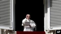 សម្តេចប៉ាប Francis ថ្លែងជូនពរ ក្នុងពេលសូត្រធម៌ពេលថ្ងៃត្រង់មួយនៅទីលាន St. Peter's Square នៅបុរីវ៉ាទីកង់ កាលពីថ្ងៃទី២៦ ខែវិច្ឆិកា ឆ្នាំ២០១៧។