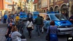 جرمنی کے شہر موینسڑ میں پولیس کی گاڑیاں اس مقام پر موجود ہیں جہاں ایک گاڑی نے کئی افراد کو کچل کر ہلاک اور زخمی کر دیا تھا۔ 7 اپریل 2018