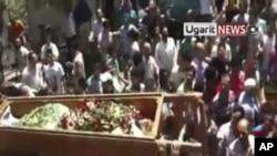 图为叙利亚人8月2日为在与政府的冲突中牺牲者举行葬礼