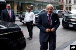 支持川普的前紐約市長朱利安尼( Rudy Giuliani)來到紐約的川普大樓(2016年10月8日)