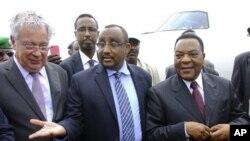 Mwakilishi wa maalum wa Umoja wa Mataifa Somalia Augustine Mahiga, wa tatu kulia akisamiwa na waziri mkuu wa Somalia Abdiweli Mohamed Ali, wakati alipowasili katika uwanja wa ndege wa Mogadishu.
