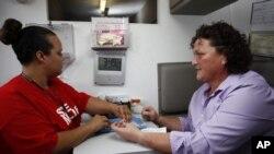 Test HIV satu menit di Abbey, selatan Hollywood (Foto: dok). Panel AS merekomendasikan tes HIV bagi setiap orang yang berusia 15 hingga 65 tahun sebagai bagian dari upaya pencegahan penyakit AIDS.