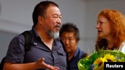 2015年7月30日持不同政見中國藝術家艾未未與德國綠黨成員瑪格麗特鮑斯會談。