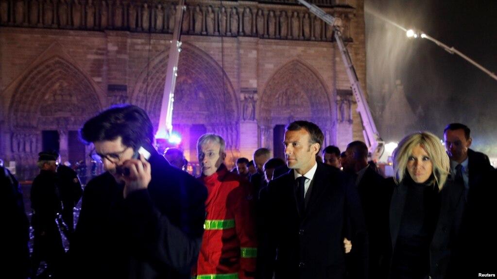 Эммануэль Макрон со своей женой Бриджитт посетили Нотр-Дам после пожара
