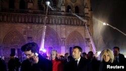 El presidente francés Emmanuel Macron y su esposa Brigitteen las afueras de Notre Dame mientras los bomberos intentan contener el fuego. Photo: Reuters.