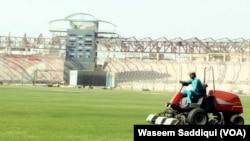 نیشنل اسٹیڈم کراچی میں گراؤنڈ کو میچ کے لیے تیار کیا جا رہا ہے