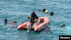 Anggota tim SAR Turki berusaha mencari para korban yang tenggelam di Laut Aegean, Menderes, lepas pantai barat Turki, Kamis (6/9).