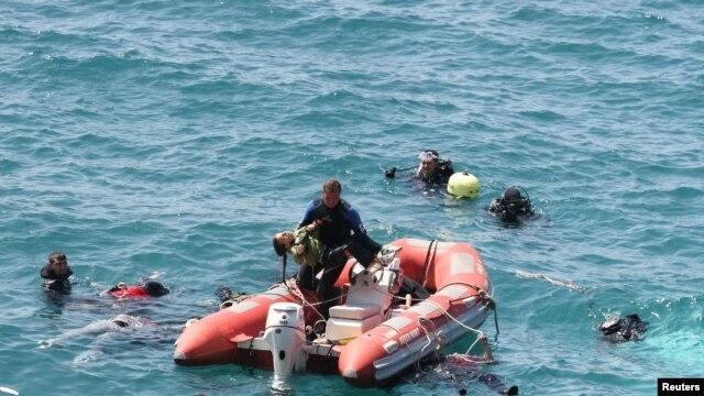 Ronilac turske pomorske policije prevozi jednu devojčicu u čamcu za spasavanje