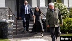La directrice financière de Huawei, Meng Wanzhou, portant un bracelet électronique à la cheville, devant sa maison, flanquée de gardes de sécurité privés à Vancouver, Colombie-Britannique, Canada, le 8 mai 2019. (REUTERS/Lindsey Wasson)