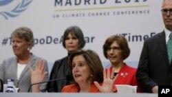 La presidenta de la Cámara de Representantes de EE.UU., Nancy Pelosi, (centro) habla en un conferencia de prensa en la cumbre de cambio climático COP25 en Madrid, España, el lunes, 2 de diciembre de 2019.