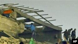 파괴된 관저를 조사하는 가다피 측근 세력