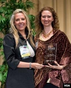 Layli Miller-Muro (kanan) ketika menerima 2010 BRAVA! Women Business Achievement Award.
