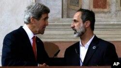 美國國務卿克里 (左) 與敘利亞反對派領袖卡提比 (右) 握手