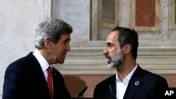 美国国务卿克里2月28日在罗马与叙利亚全国联盟主席哈提卜握手