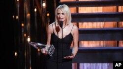 Miranda Lambert aceptando el premio CMA como vocalista femenina del año.