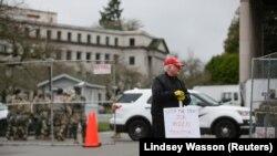 John Hess, pendukung Presiden AS Donald Trump memprotes pemilihan Presiden terpilih Joe Biden, di luar Washington State Capitol di Olympia, Washington, AS, 17 Januari 2021. (Foto: REUTERS/Lindsey Wasson)