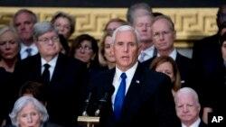အထက္လႊတ္ေတာ္အမတ္ ဂၽြန္မက္ကိန္း ေအာက္ေမ့ဖြယ္အခမ္းအနားမွာ ဒုတိယသမၼတ Mike Pence အမွတ္တရစကား ေျပာၾကားစဥ္။ (ၾသဂုတ္ ၃၁၊ ၂၀၁၈)