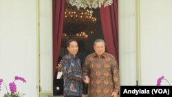 Presiden Jokowi menerima kedatangan mantan Presiden Susilo Bambang Yudhoyono di Istana Merdeka, Jakarta, Kamis 9 Maret 2017 (Foto: VOA/Andylala).