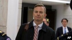 美国职业外交官、美国驻乌克兰大使馆的政治顾问戴维·霍尔姆斯在提供证词之后离开华盛顿国会山。 (2019年11月15日)