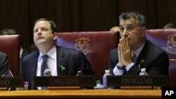 3일 코네티컷 주 총기규제법 개정 투표 결과를 지켜보고 있는 상원의원들.
