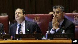Senatorlar Jon Makkinni (chapda) va Karlo Leone