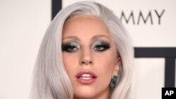 Lady Gaga tiba di ajang penghargaan Grammy Awards ke-57 di Staples Center, Los Angeles (8/2) dengan rambut warna putih keperak-perakan.