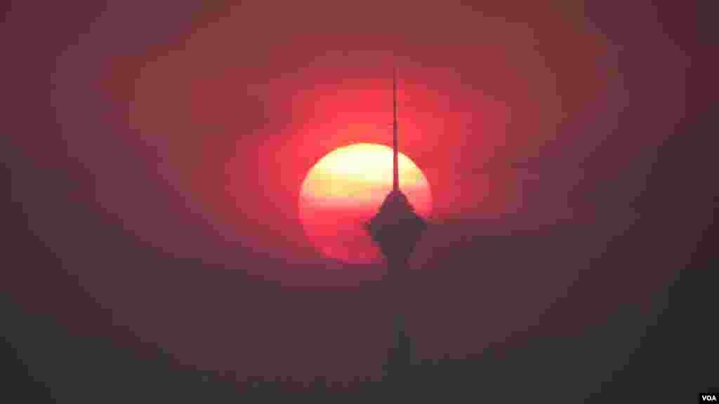 نمایان شدن خورشید از پشت برج میلاد عکس: مرتضی صادق زاده (ارسالی شما)