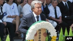 Tổng thư ký Liên Hiệp Quốc Antonio Guterres đặt hoa tại lễ kỷ niệm 73 năm sau ngày Mỹ ném bom nguyên tử xuống Nagasaki tại Công viên Tưởng niệm Hòa bình ở thành phố này.