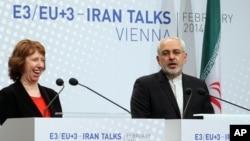 La representante de la UE, Catherine Ashton, junto al ministro de Exteriores iraní, Mohamed Zarif, tras la conclusión de un acuerdo para nuevas negociaciones.