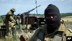 Phiến quân thân Nga tuần tra gần Luhansk, miền đông Ukraine, 2/7/2014.