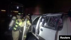 一名南韓老人2019年7月19日在日本駐南韓大使館前的一輛汽車裡自焚,消防隊員撲滅了汽車的火焰。