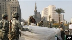 O conselho militar no Egipto dissolveu o parlamento e suspendeu a constituição