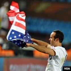 Landon Donovan melambaikan bendera AS setelah menang 1-0 atas Aljazair.