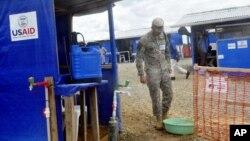 Seorang tentara AS tengah berjalan di sebuah fasilitas yang baru selesai dibangun untuk merawat pasien Ebola di Bongcounty, luat wilayah Monrovia, Liberia (7/10).
