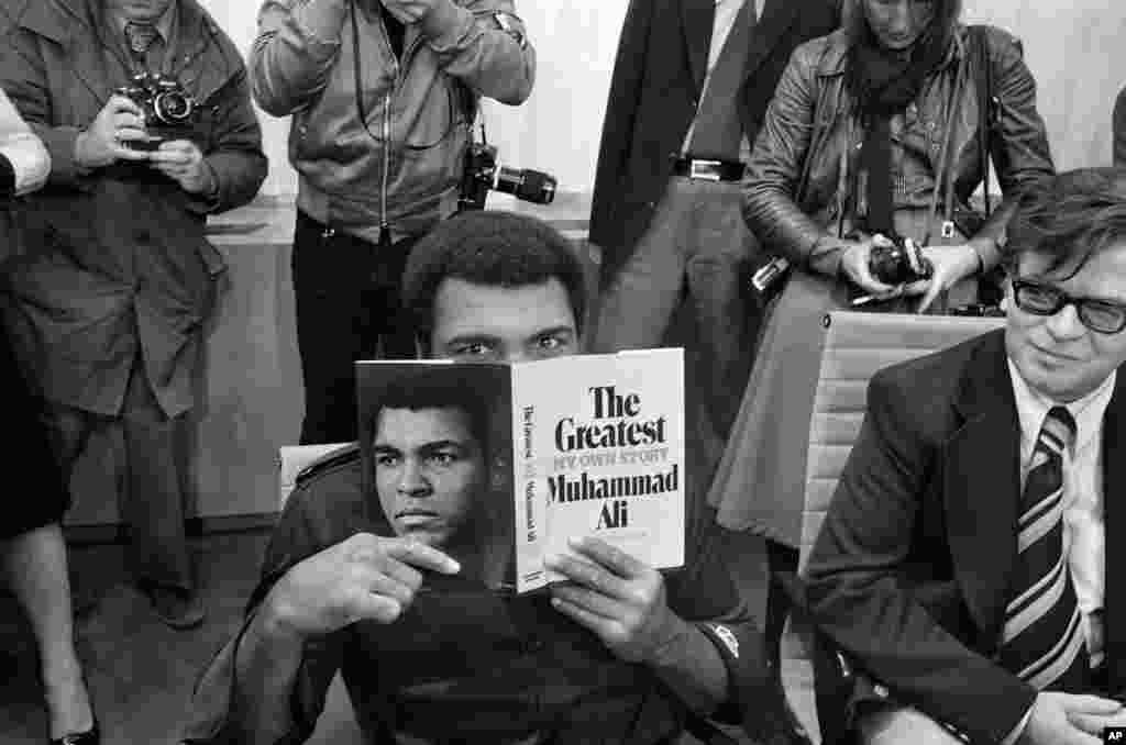 در ۱۹۷۵، محمد علی کتابی با عنوان «بزرگترین» را منتشر کرد.