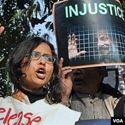 Para mahasiswa, guru, aktivis perempuan dan aktivis HAM India melakukan unjuk rasa di New Delhi atas hukuman terhadap Binayak Sen (27 Desember 2010).