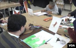 미술에 재능을 가진 장애인들을 위해 미술 교육 프로그램을 제공하는 워싱턴 D.C.의 민간단체, '아트 인에이블스'(Art Enables)'의 작업실에서 패이먼 재지니 씨를 비롯한 장애를 가진 성인들이 그림을 그리고 있다.