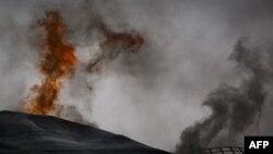 Thùng nhiên liệu của nhà máy điện bị bị bốc cháy ở vùng ngoại ô của thành phố Ajdabiya, phía nam Benghazi, ngày 21/3/2011