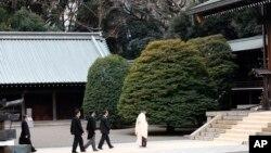 Thủ tướng Nhật Shinzo Abe thường tới đền thờ cầu nguyện cho các tử sĩ Nhật Bản.