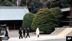 아베 신조 일본 총리가 26일 야수쿠니 신사로 들어서고 있다.
