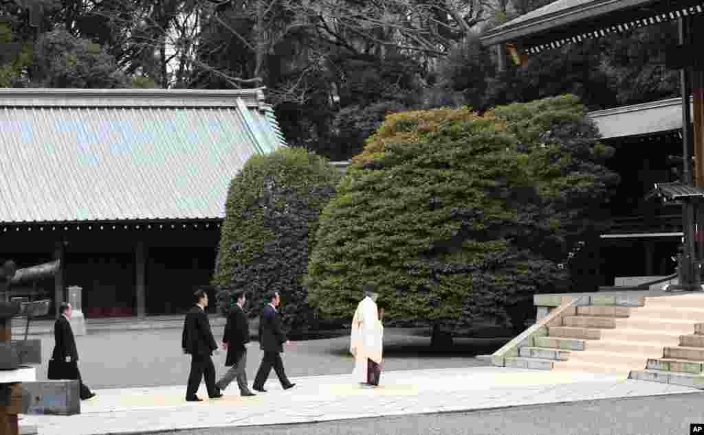Japanese Prime Minister Shinzo Abe arrives at Yasukuni Shrine in Tokyo, Dec. 26, 2013.