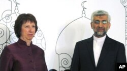 Trưởng ban chính sách đối ngoại EU Catherine Ashton (trái) và trưởng đoàn đàm phán hạt nhân Iran Saeed Jalili dự cuộc đàm phán về vấn đề hạt nhân của Iran ở Baghdad 23/5/12