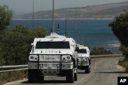 Kendaraan penjaga perdamaian PBB berpatroli di kawasan Ras Naqoura tempat delegasi Lebanon dan Israel bertemu, di Naqoura, Lebanon, Selasa, 4 Mei 2021. (AP)