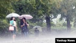 장마전선의 영향으로 대전과 충남지역에 비가 내린 23일 시민들이 비 내리는 거리를 걷고 있다.