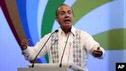 El presidente de México, Felipe Calderón, habla durante el Foro de la Empresa Privada, en la Cumbre de Cartagena.